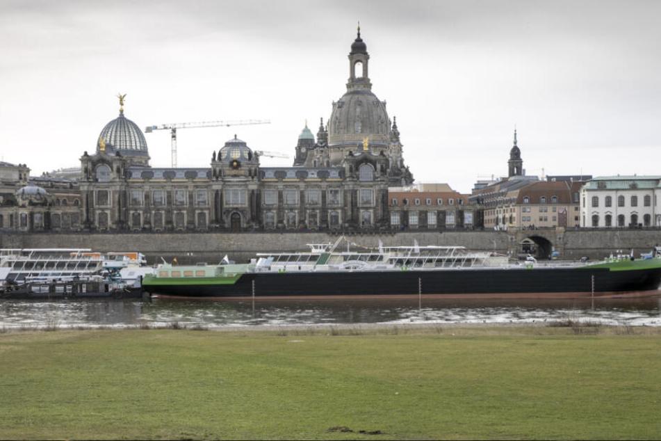 """Am gestrigen Donnerstag erreichte das Schubschiff """"Edda"""" endlich in Dresden."""