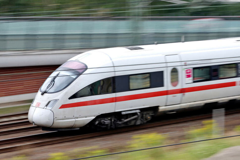 Auf der ICE-Strecke zwischen Erfurt und Leipzig müssen die Züge aufgrund einer Signalstörung umgeleitet werden.