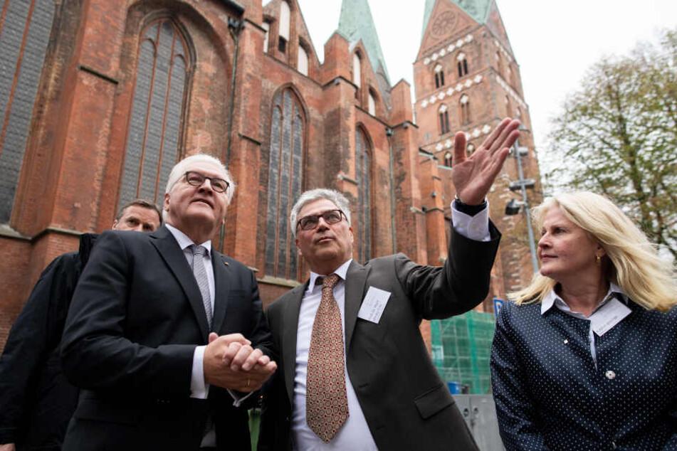 Bundespräsident Steinmeier (links) hat sich zusammen vor seiner Rede mit Hans Wißkirchen, leitender Direktor der Lübecker Museen, und Kathrin Weiher, Kultursenatorin der Hansestadt Lübeck, Lübeck angesehen.