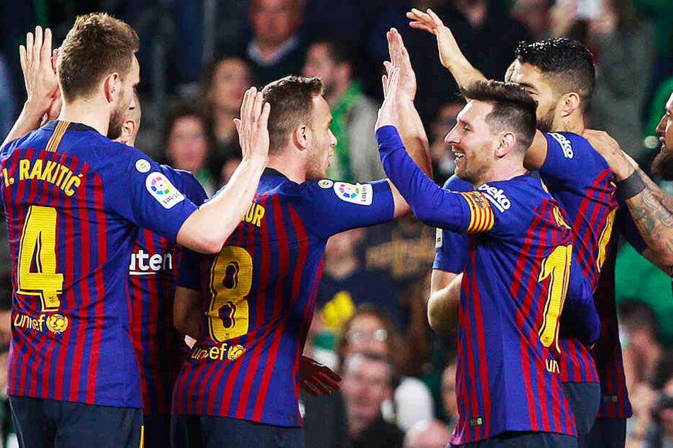 Nicht nur die Mitspieler verneigten sich vor Lionel Messi (vorne-rechts), auch die gegnerischen Fans applaudierten ihm.