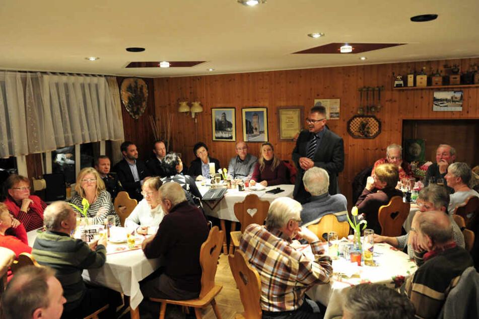 Das Rathaus setzt auf mehr Bürgerbeteiligung. Hier ein Info-Abend in Gablenz mit Bürgermeister Miko Runkel (58, parteilos).