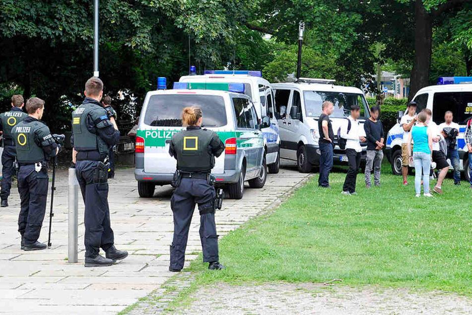 Bisher fanden die Razzien in unregelmäßigen Abständen im Stadthallenpark und anderen Bereichen der Innenstadt statt.