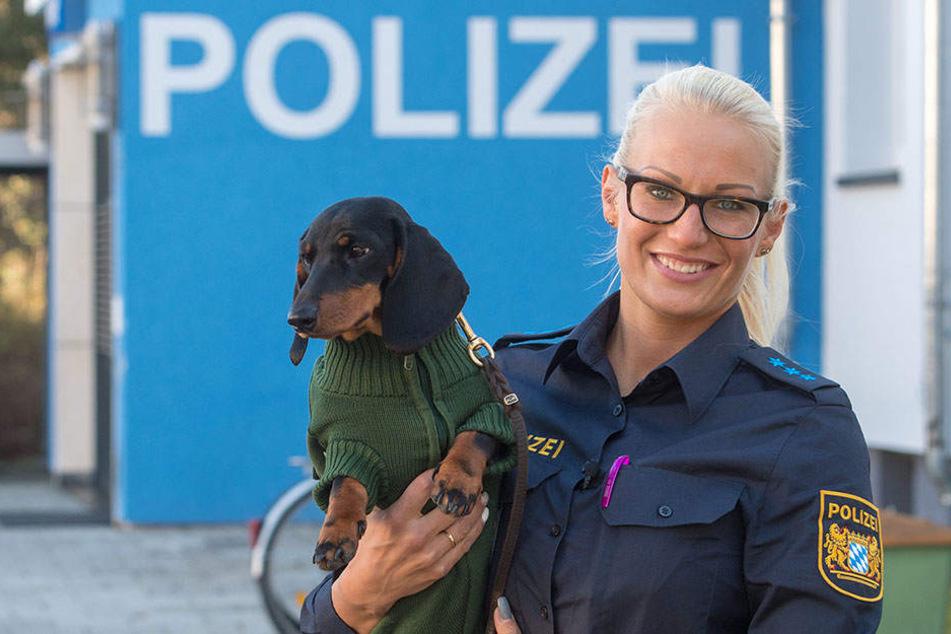 Polizistin Marina Gutte steht mit ihrer Hündin Olga vor der Polzeiinspektion in Waldkraiburg.