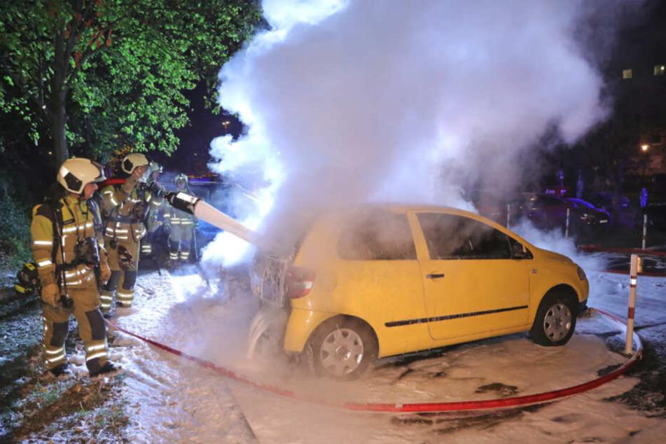 Wieder musste die Feuerwehr brennende Autos in der Braunsdorfer Straße löschen.