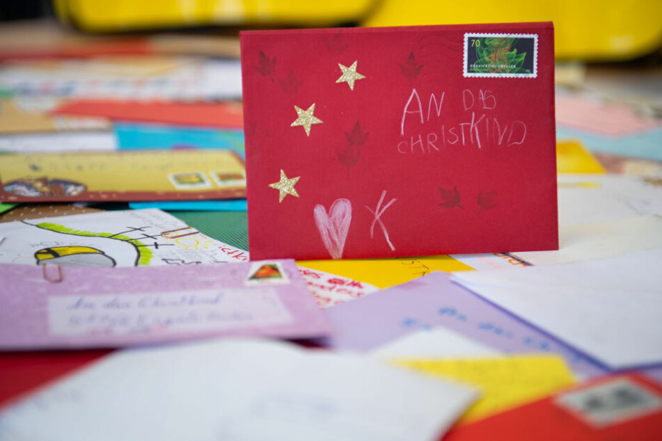Zwischen vielen Briefen steht ein frankierter Umschlag an das Christkind.