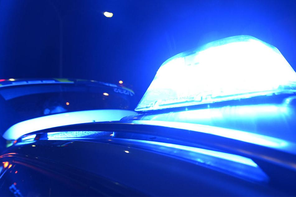 Mann steigt kurz aus Auto, überfällt Renterpaar mit Pistole und rast davon