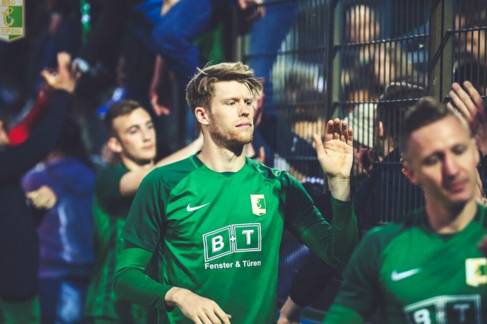 Alexander Bury klatscht nach der 0:5-Klatsche Anfang Mai bei Hertha II mit den mitgereisten Fans ab. Die Anhänger dürfen sich auf weitere Monate, vielleicht Jahre mit ihrem Hoffnungsträger freuen.
