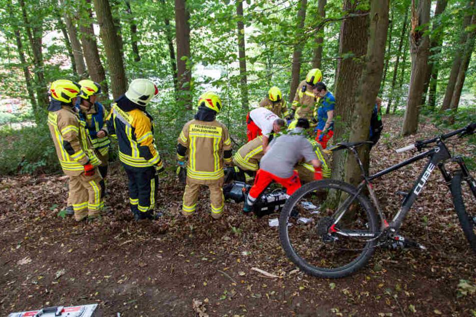 Schwere Lungenverletzungen! Mountainbike-Fahrer übersieht Wurzel und knallt gegen Baum