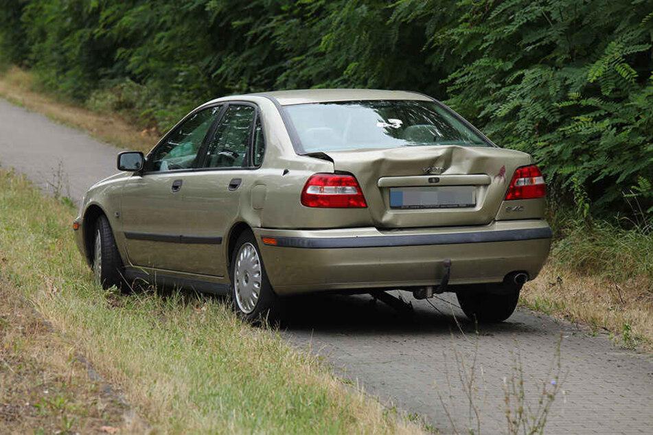 Der Volvo landete mit Beule auf dem Gehweg.