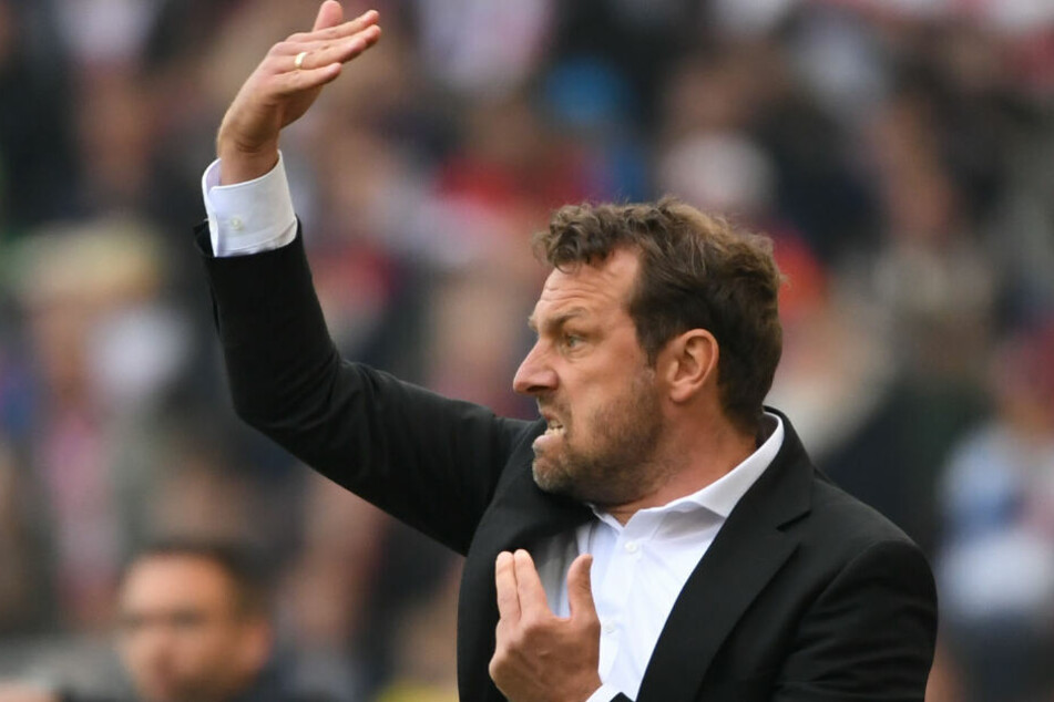 VfB-Trainer Markus Weinzierl zeigt etwas Feuer an der Seitenlinie.
