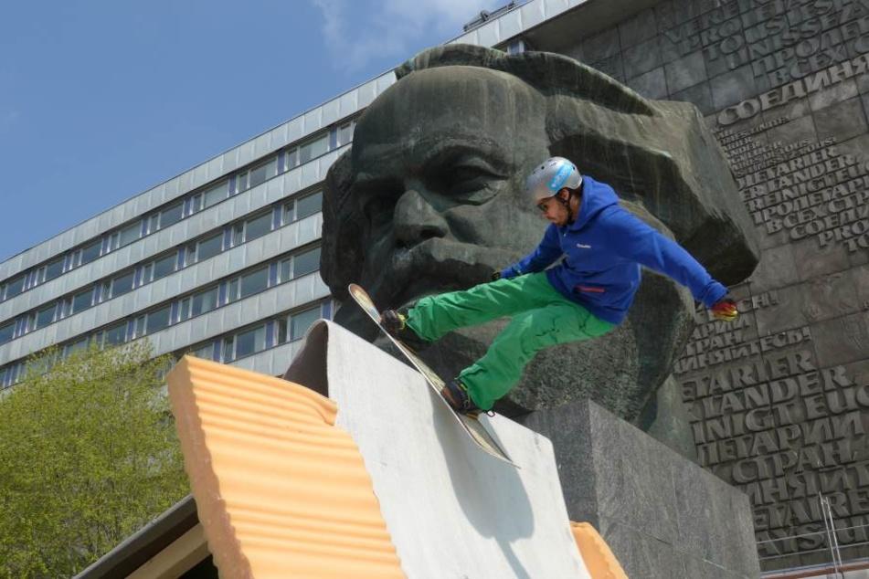 Auf dem Kunstschnee aus Stoff ging es auch schon vorm Marx-Kopf hoch her.