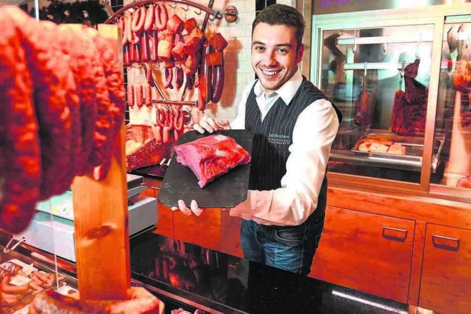 Fleischermeister Christoph Schempp (29) von der Landfleischerei Schempp in Tauscha zeigt ein großes Stück Rindfleisch, das sich bestens zum Braten als Festmahl eignet.