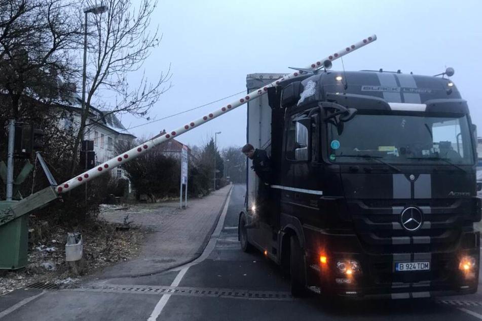 Der Laster befindet sich direkt auf den Gleisen, der Bahnverkehr musste eingestellt werden.