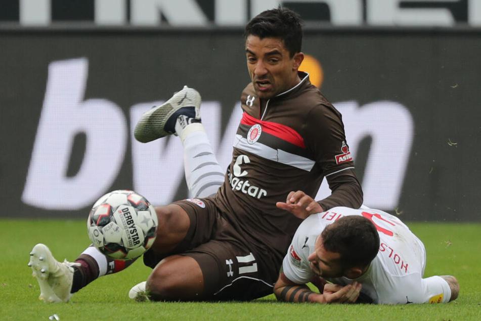 Sami Allagui wird in einem Zweikampf von seinem Gegenspieler zu Boden gerissen.