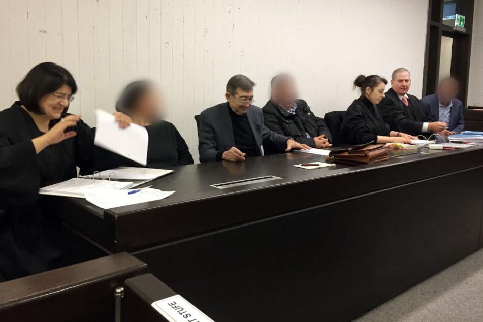 Die angeklagten Eltern (2.v.l. und 4.v.l.) und der angeklagte Onkel (rechts) vor Gericht in Stuttgart.