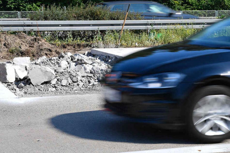 Der Jugendliche verlor die Kontrolle und beschädigte parkende Fahrzeuge und Poller. (Symbolbild)