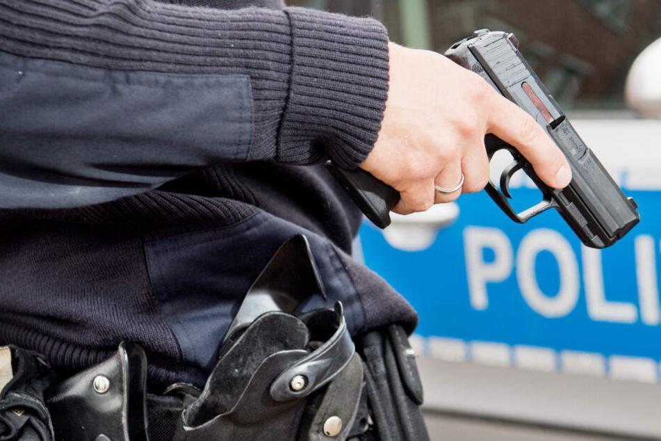 Dramatische Szenen: Polizist schießt mehrfach auf bewaffneten Angreifer