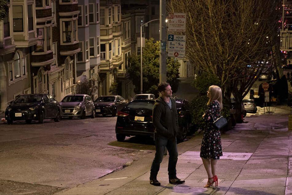 Eddie Brock (Tom Hardy) und seine große Liebe Anne Weying (Michelle Williams) in San Francisco im Gespräch.