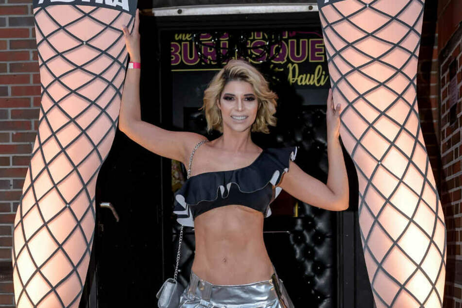 "Micaela Schäfer feiert bei der Eröffnung des Burlesque-Nachtclubs ""The Bunny Burlesque"" vor der Eingangstür."