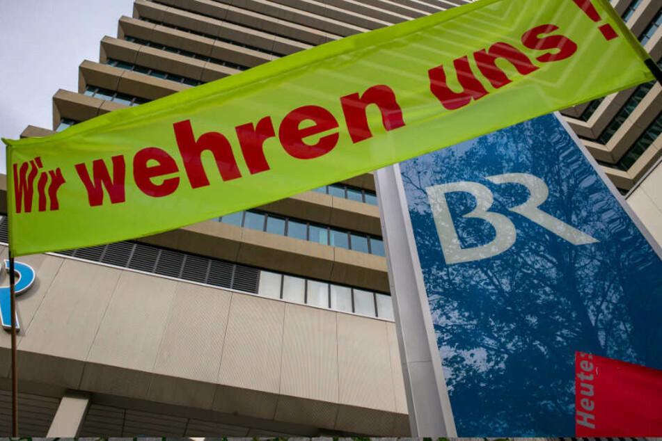 Die Gewerkschaften Bayerischer Journalisten-Verband (BJV) und Verdi haben zu dem Warnstreik aufgerufen.