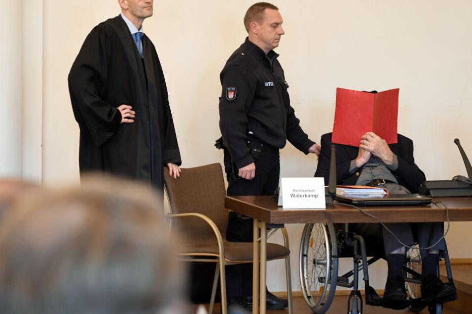 Der 93-Jährige sitzt vor Prozessbeginn im Gerichtssaal.