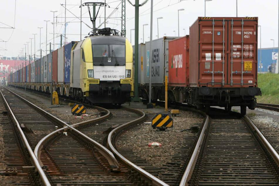 Aus solch oder so einem ähnlichen Container ist auf einem Rangierbahnhof eine womöglich gefährliche Chemikalie ausgetreten. (Symbolbild)