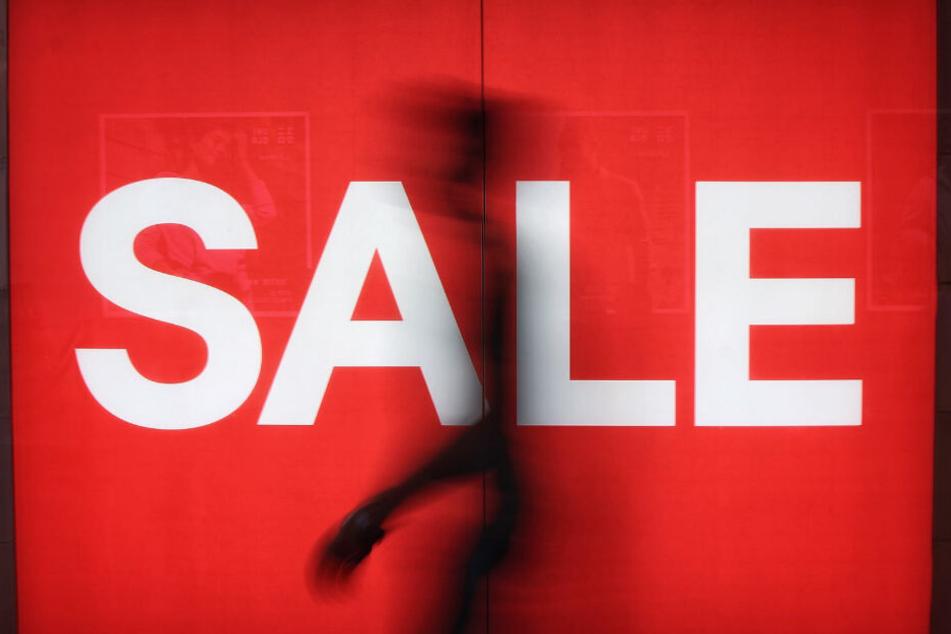"""Die roten """"Sales""""-Schilder wecken unseren Schnäppchen-Jäger (Symbolbild)."""