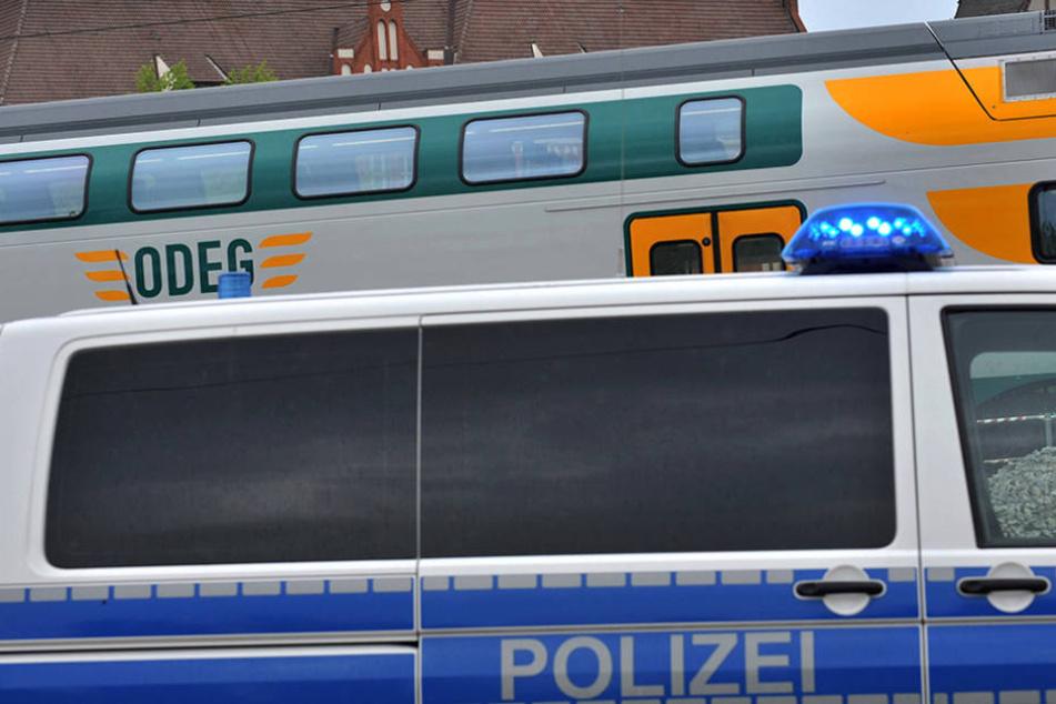 Person auf den Gleisen vom Zug erfasst und getötet