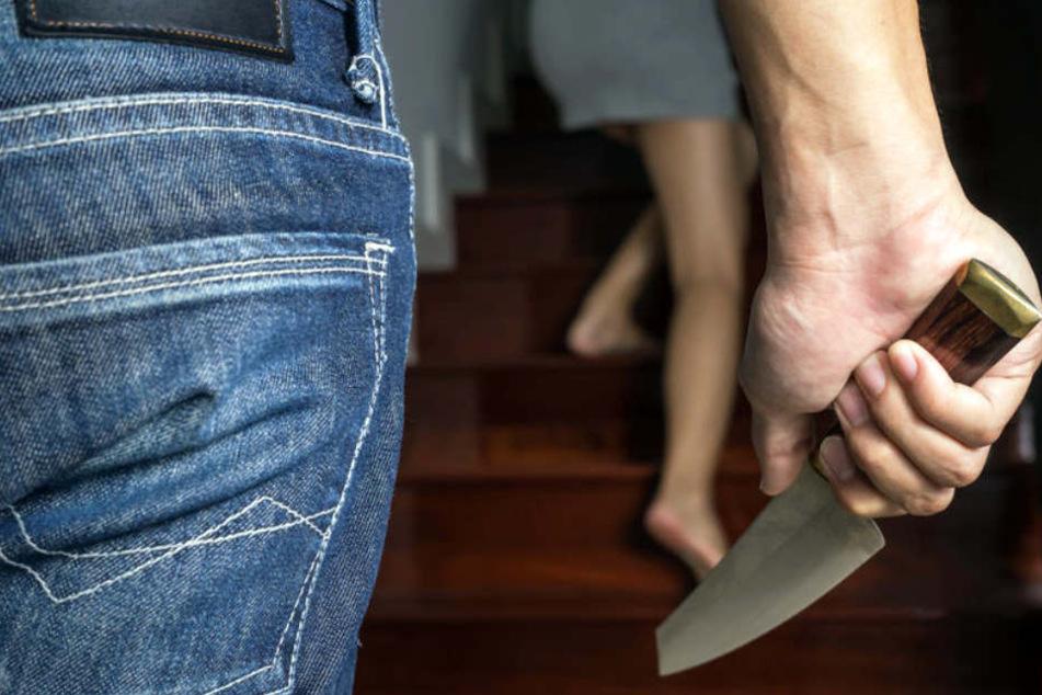 Mit einem Messer bedrohte einer der beiden Räuber nicht nur den Familienvater, sondern auch dessen Frau und die zwei Kinder. (Symbolbild)