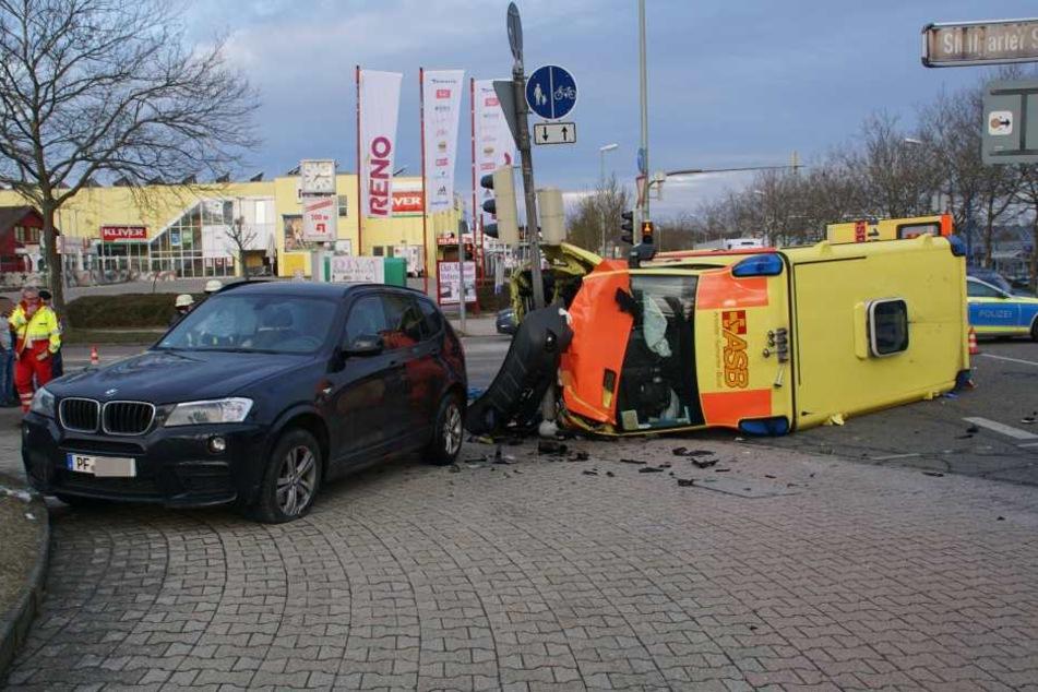 Bei der Kollision kippte der Rettungswagen zur Seite.
