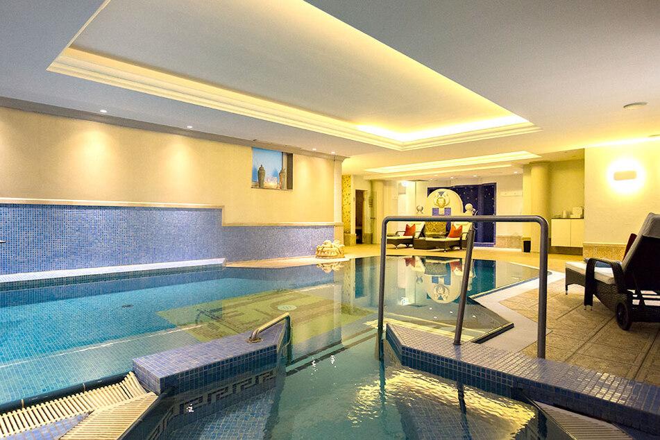 Zur Regeneration: Neben dem Indoor-Schwimmbad gibt es auch noch einen Wellnessgarten, mehrere Saunen und ein Natur-Schwimmteich.