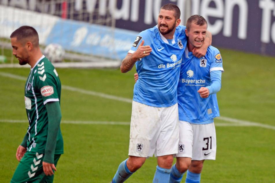 Sascha Mölders (M.) gratuliert Richard Neudecker zu seinem 3:1-Treffer.
