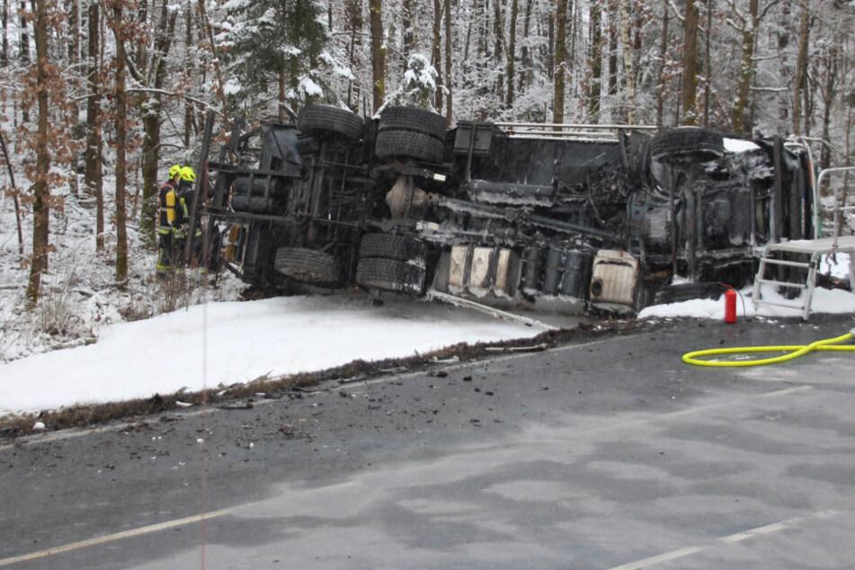 Bei der Kollision zweier Lastwagen im Landkreis Schwandorf im Freistaat Bayern ist ein Gefahrguttransporter mit Gas umgekippt.
