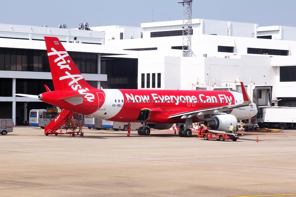 """Ein """"Air Asia""""-Flieger steht am Flughafen Bangkok Don Mueang. (Symbolbild)"""