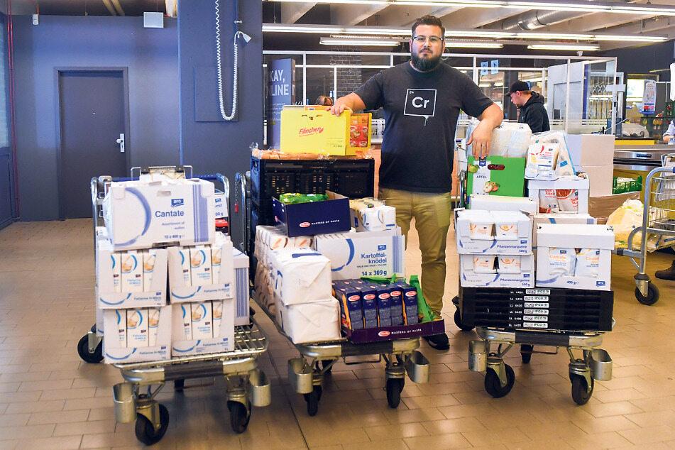 Am Ende des Einkaufs hat er in der Metro drei Wagen vollgepackt mit Lebensmitteln, die heute an 32 Familien verteilt werden.
