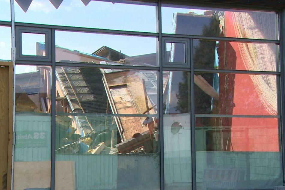 Das Dach der Schwimmhalle war am Sonntag aus noch ungeklärter Ursache komplett eingestürzt.
