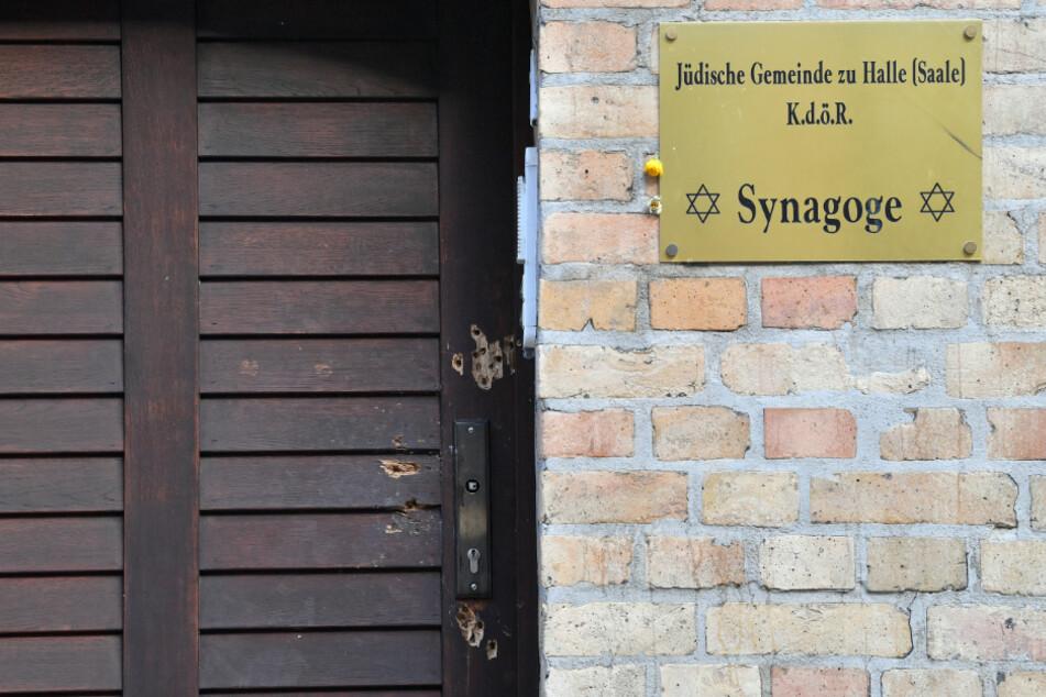 Die Eingangstür der Synagoge in Halle soll schon bald ausgetauscht werden.