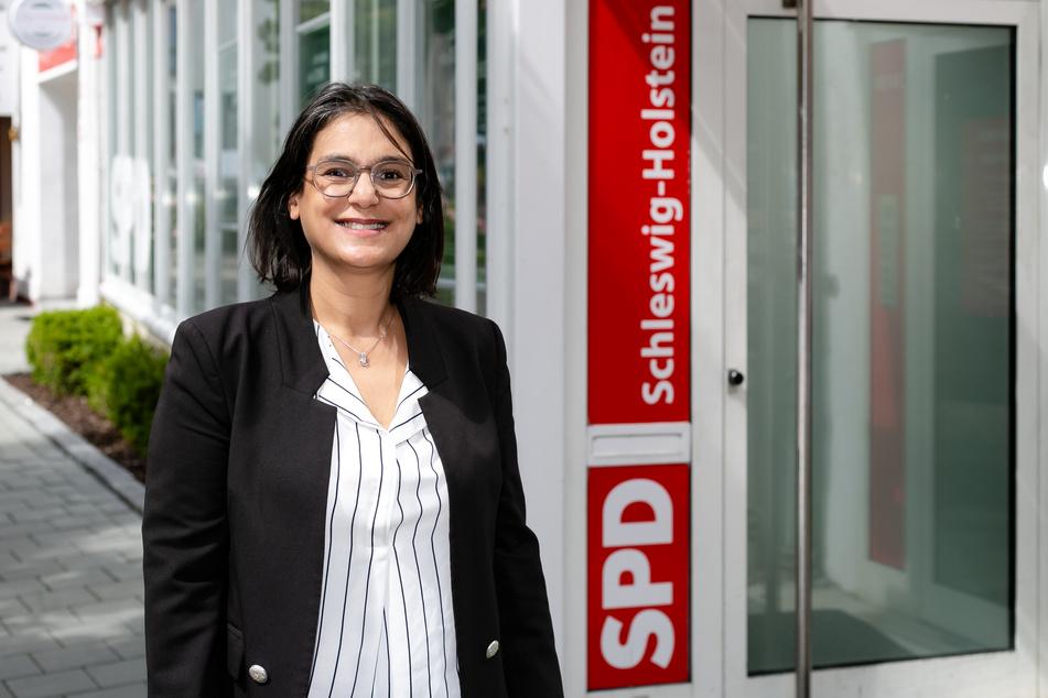 Serpil Midyatli (SPD) steht vor der SPD-Geschäftsstelle in Kiel.