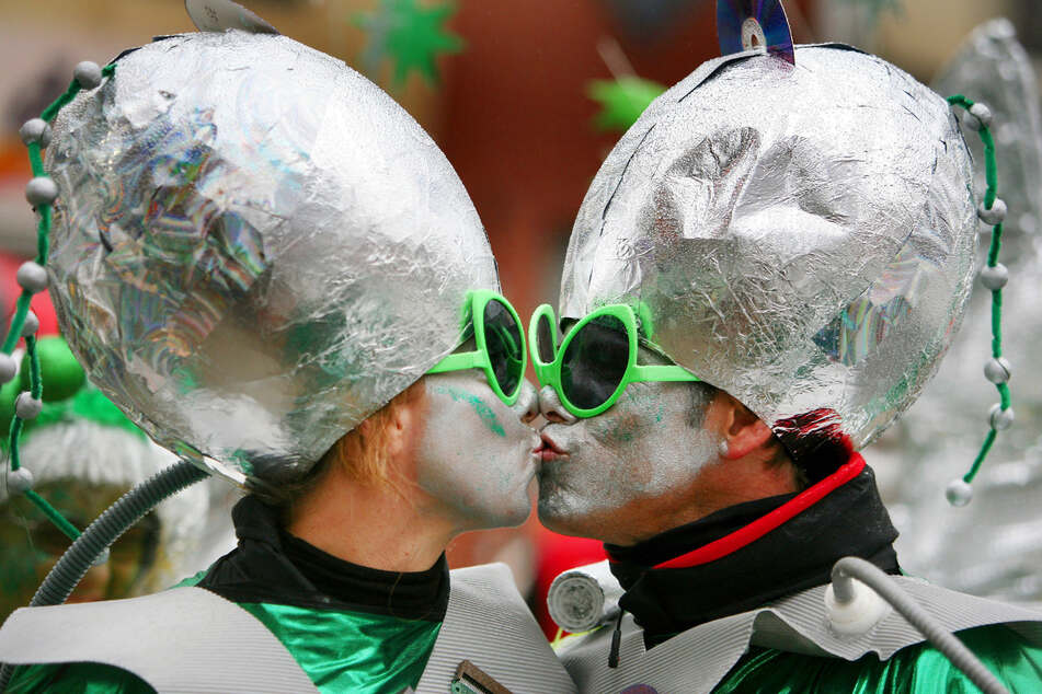 Zwei Karnevalisten in futuristischer Verkleidung küssen sich - in Zukunft wohl aber nicht mehr.