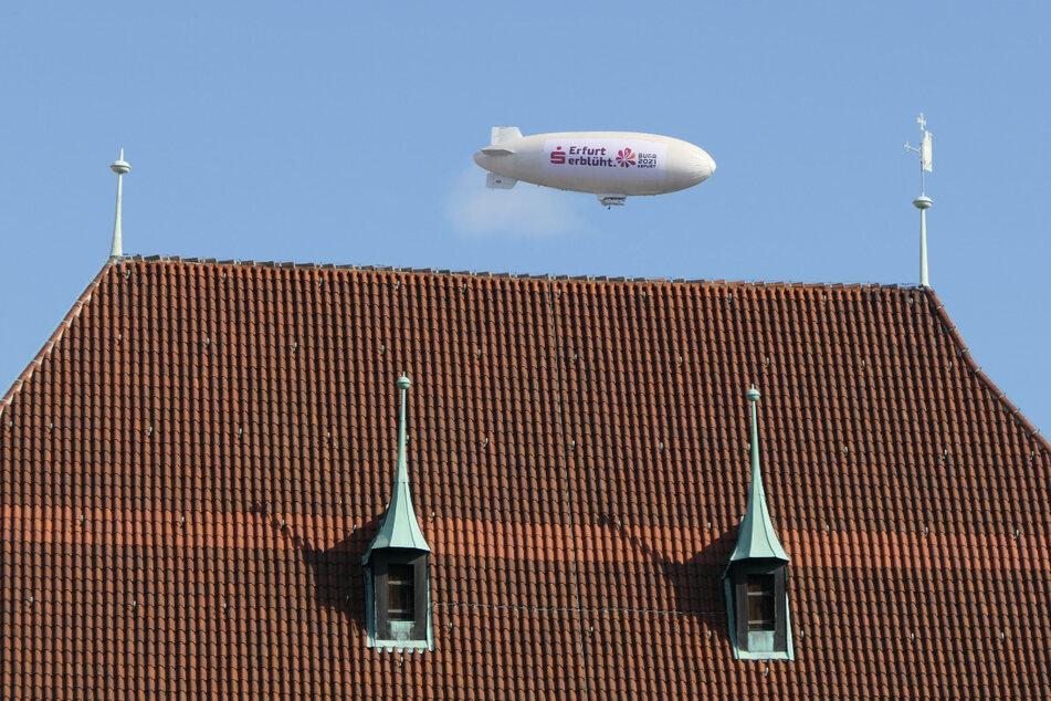 Per Luftschiff wird am Montag über Dresden für die BUGA in Erfurt geworben.