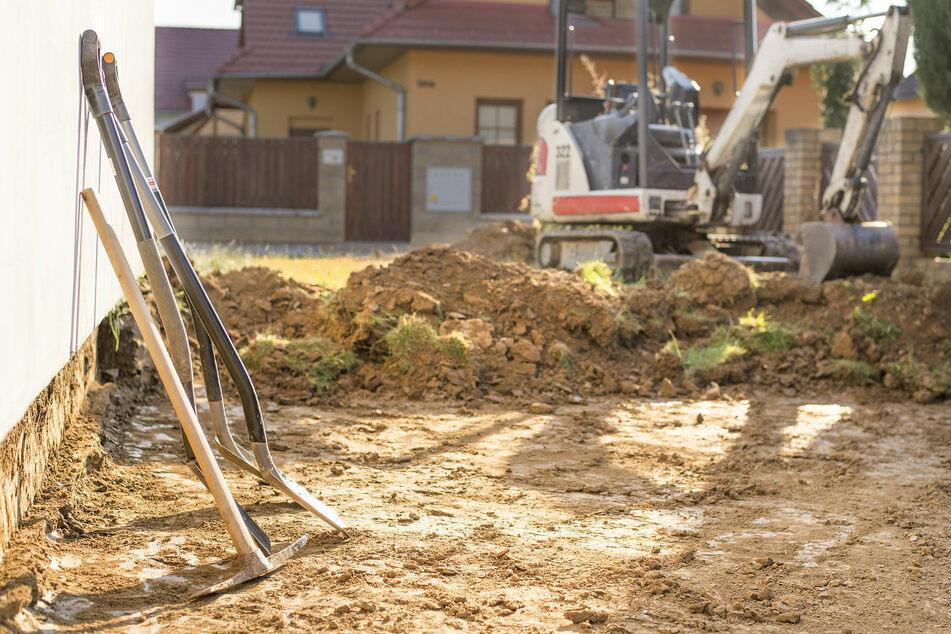 Als er in einem Erdgraben arbeitete, stürzte eine Mauer auf ihn. (Symbolbild)