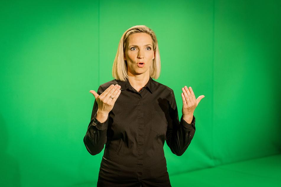 """Gehörlosen-Dolmetscherin Antje Seifert bei Aufnahmen in den MDR-Studios. Auch das Thema Barrierefreiheit spielt eine große Rolle am """"Diversity-Tag""""."""