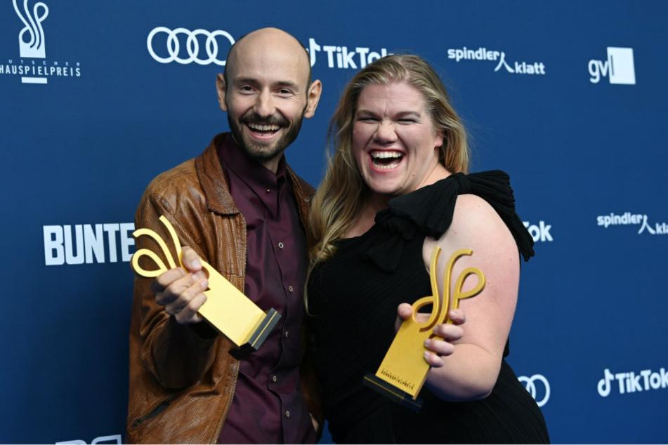 Die Schauspieler Gisa Flake (34, r) und Leon Ullrich (37) halten nach der Verleihung des Deutschen Schauspielpreis ihre Auszeichnungen.
