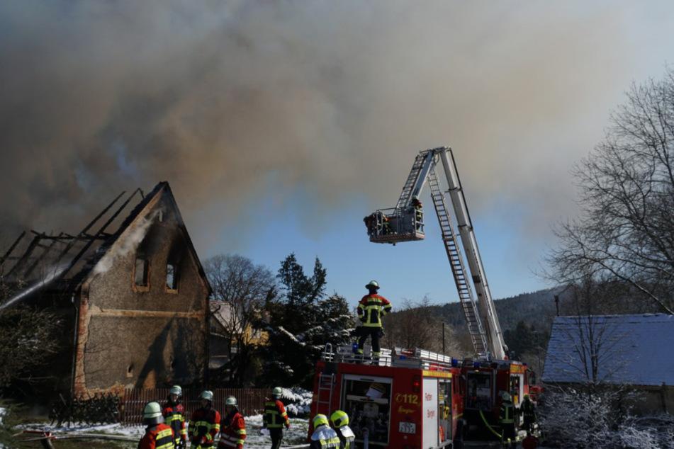 Ein Großaufgebot an Feuerwehren ist im Einsatz.