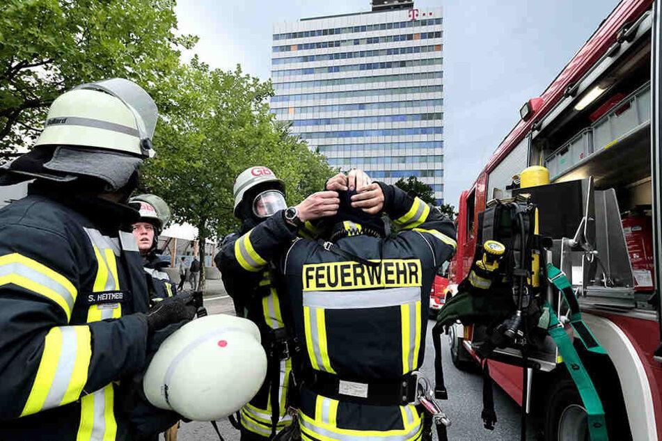 Mit Atemschutz gingen die Einsatzkräfte in das Nebengebäude vom Telekom-Hochaus.