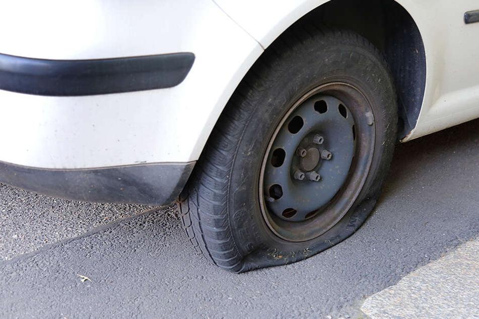 Reifenstecher unterwegs: Reifen an sieben Fahrzeugen zerstört