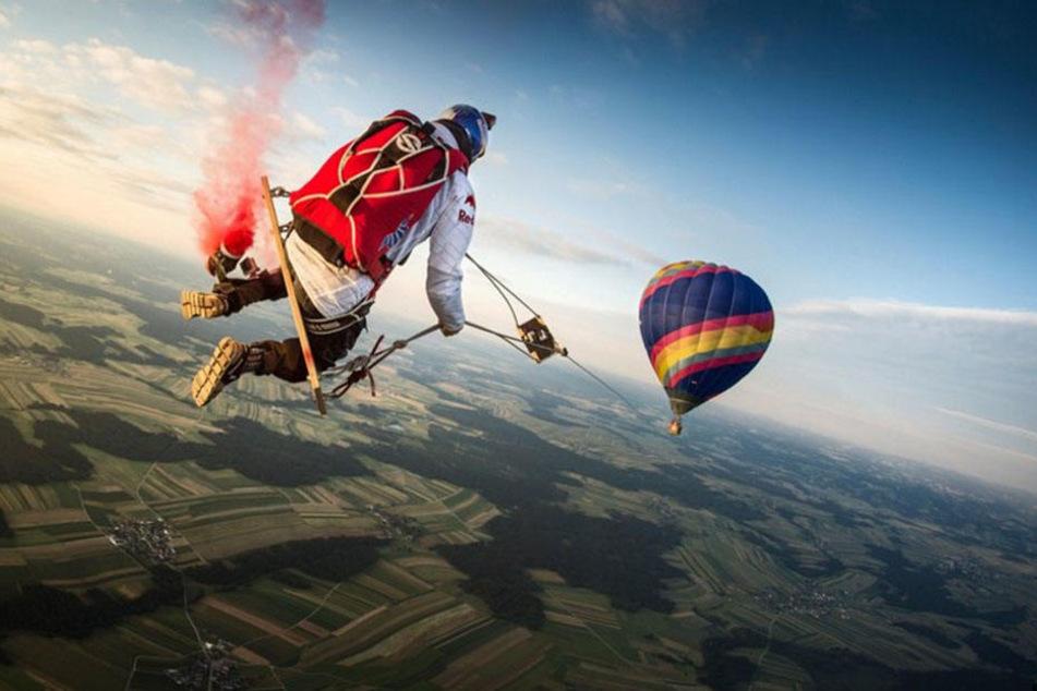 In 1800 Metern luftiger Höhe schaukelten vier Mutige unter einem Ballon.