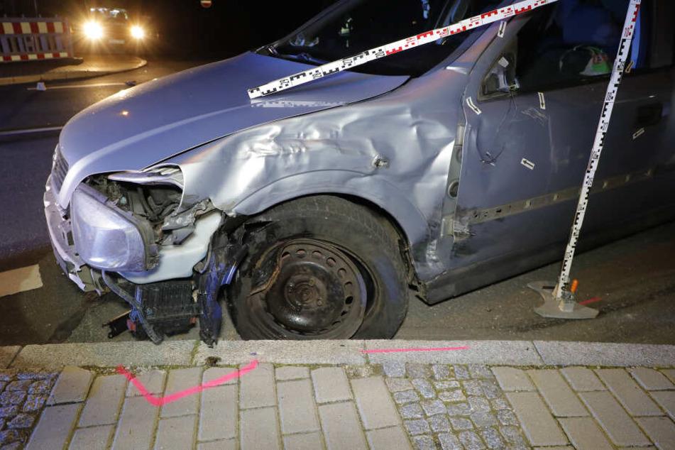 Der Opel wollte gerade abbiegen, als der schreckliche Unfall passierte.