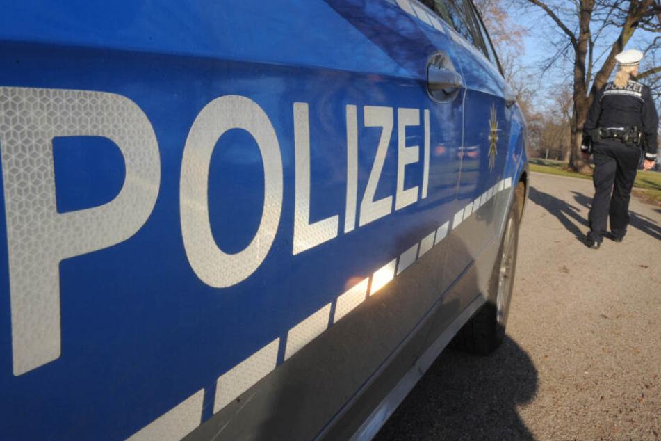 Polizisten untersuchen Unfallwagen, was sie dann finden, verblüfft