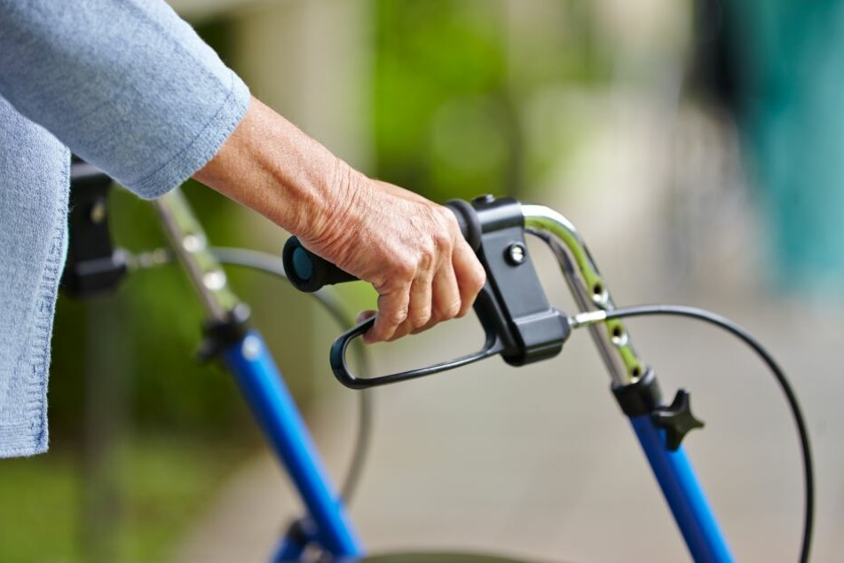 Die pflegebedürftige Seniorin (74) soll Beihilfe zum Betrug mit Pflegeleistungen geleistet haben (Symbolbild).